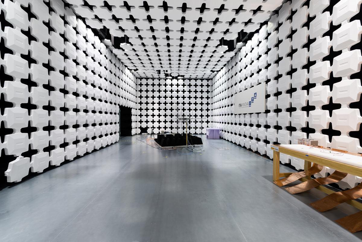 Cámara semianecoica para compatibilidad electromagnética (EMC)