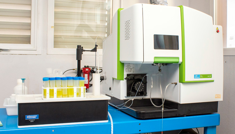 Espectómetro para realizar análisis químico elemental de materiales