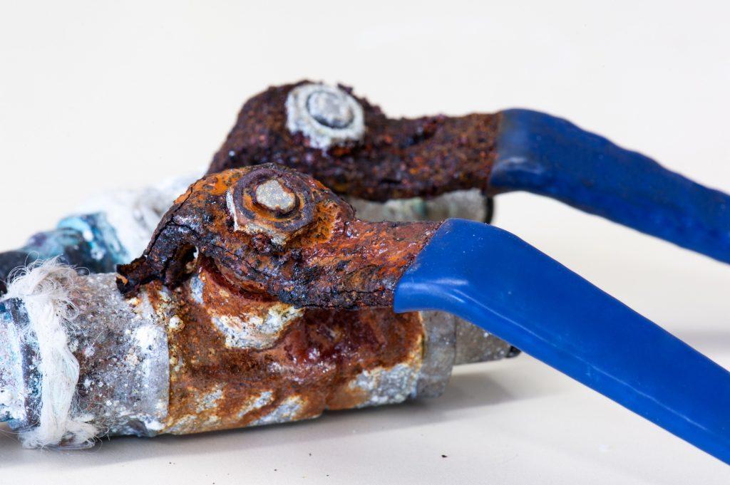 Herramienta metálica oxidada por la corrosión de su recubrimiento