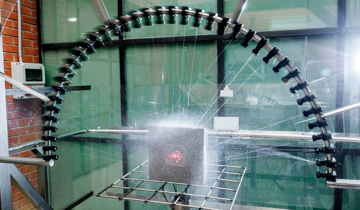 Imagen de ensayos de seguridad eléctrica con agua