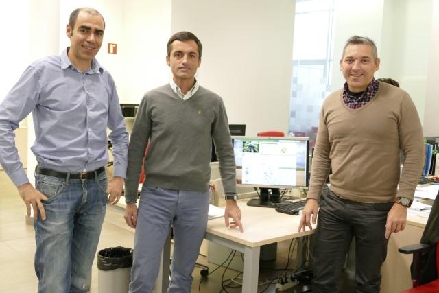 Guillermo López y Enrique meléndez, de ITAINNOVA, flanquean a Francisco Callao, de MedenGroup