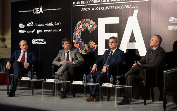 Ángel Fernández, director de ITAINNOVA moderando la mesa redonda dedicada a la Innovación e investigación empresarial